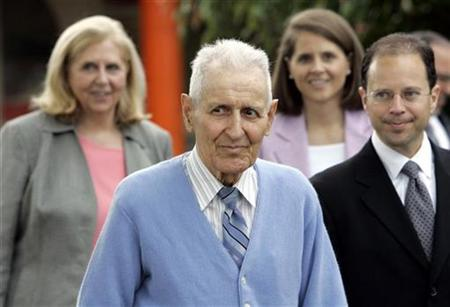 Assisted suicide advocate Jack Kevorkian (C) walks out of Lakeland Correctional Facility with attorney Jeffrey Morganroth (R) and supporters Ruth Holms (L) and Sarah Tucker (R, back) in Coldwater, Michigan June 1, 2007. Kevorkian, the U.S. assisted suicide advocate dubbed ''Dr. Death,'' stepped free from a Michigan prison on Friday with few words but plans for a media blitz to support his cause. REUTERS/Carlos Osario/Pool