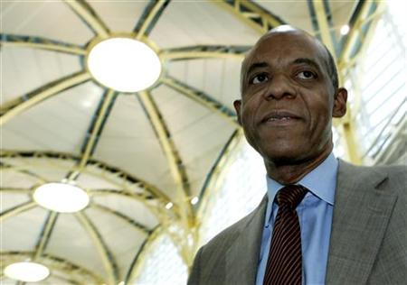 Congressman William Jefferson (D-LA) speaks to reporters after arriving at Reagan National Airport in Washington, May 22, 2006. Democratic Rep. William Jefferson was indicted on Monday on 16 counts that accuse him of soliciting bribes and paying off a Nigerian official, a U.S. Justice Department official said. REUTERS/Jim Young