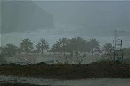 Winds hit the coast during Cyclone Gonu in Muscat June 6, 2006. REUTERS/Randolph Caguintuan