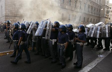 Anti-riot police officers stand guard during a demonstration against the visit by U.S. President George W. Bush in Rome June 9, 2007. Bush met Pope Benedict on Saturday and told the pontiff he believed the G8 summit in Germany had been a success. REUTERS/Tony Gentile