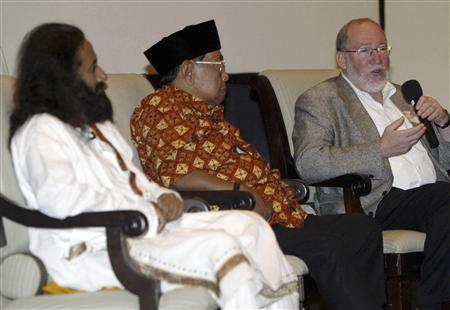 Rabbi Daniel Landes (R), director of the Pardes Institute of Jewish Studies, accompanied by former Indonesian president Abdurrahman Wahid (C) and Sri Sri Ravishankar (L) from India, speaks during a religious leaders meeting in Bali June 12, 2007. Indonesia's resort island of Bali hosted on Tuesday a meeting of religious leaders partly aimed at countering an Iranian-backed conference last year that questioned the existence of the Holocaust. REUTERS/Murdani Usman
