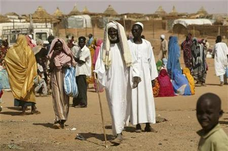 Internally displaced Sudanese people walk at the Abu Shouk refugee camp in Darfur region March 24, 2007. Murder, rape and abductions are on the rise in West Darfur state, the United Nations said on Wednesday, noting with concern that increased violence in the lawless Sudanese region had driven more people into camps. REUTERS/Michael Kamber