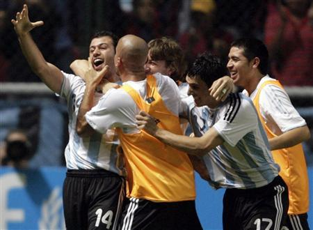 Javier Mascherano (L) of Argentina celebrates with team-mates after he scored against Paraguay in Match 18 of the Copa America soccer tournament in Barquisimeto July 5, 2007. REUTERS/Jose Miguel Gomez