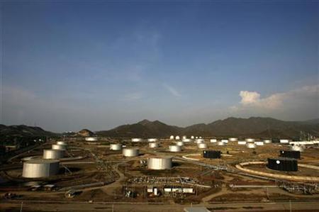 An aerial view shows the Puerto La Cruz refinery Complex in Anzoategui, Venezuela, April 30, 2007. REUTERS/Jorge Silva (VENEZUELA)
