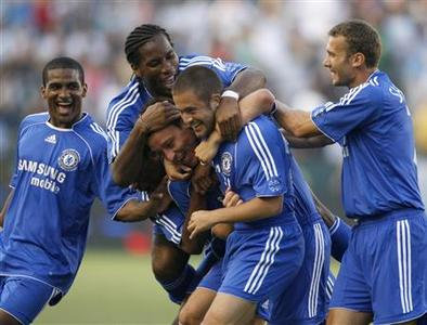 Chelsea's John Terry (3rd R) is congratulated by teammates (L-R) Florent Malouda, Didier Drogba, Joe Cole and Andriy Shevchenko after scoring against Los Angeles Galaxy during their World Series of Football soccer match in Carson, California July 21, 2007. REUTERS/Toby Melville