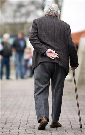 An elderly German takes a stroll in Datteln, Germany in this April 16, 2006 file photo. Understanding doctors' orders can be a matter of life or death for senior citizens: those who had trouble comprehending their physicians died sooner than their more savvy peers, U.S. researchers said on Monday. REUTERS/Kirsten Neumann/Files