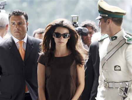 Spanish actress Penelope Cruz (C) arrives at the Government Palace to meet with Chile's President Michelle Bachelet (not pictured) in Santiago March 15, 2007. The advertising watchdog criticised L'Oreal on Wednesday for a mascara commercial featuring Cruz that ''exaggerated'' the product's effects. REUTERS/Ivan Alvarado