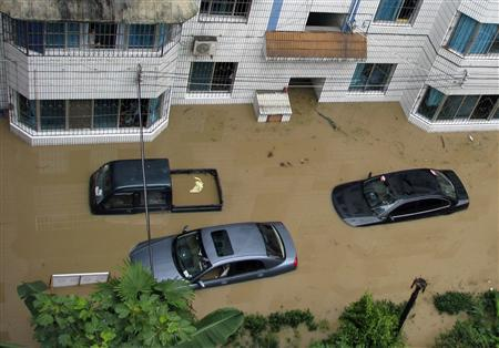 Vehicles are stranded at a flooded street in Tongzi county, southwest China's Guizhou province July 30, 2007. REUTERS/China Daily