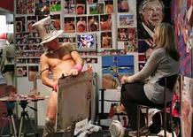 <p>El artista Tim Patch, usa su pene para pintar un retrato de Olga Braudeen en Johannesburgo, 28 sep 2007. Los sudafricanos hacían fila el domingo para aprender sobre juguetes sexuales y bailes eróticos, en la primera feria del sexo celebrada en un país fundado por cristianos conservadores que aún proyecta muchos tabúes sexuales. La exposición, similar a la que se celebra en Australia desde 1996, habría sido impensable hace 15 años, cuando Sudáfrica aún era gobernada por los descendientes blancos de los puritanos colonos holandeses y franceses. Photo by Antony Kaminju/Reuters</p>