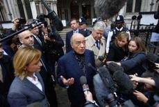 <p>Mohamed al-Fayed fala com repórteres em frente a Corte Real de Justiça em Londres. Um inquérito sobre a morte da princesa Diana finalmente foi aberto nesta terça-feira, 10 anos depois de ela ter sido vítima de uma batida de carro em Paris. 2 de outubro. Photo by Kieran Doherty</p>