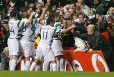 <p>Um gol no último minuto marcado por Scott McDonald deu ao Celtic a vitória por 2 x 1 sobre o atual campeão europeu Milan, em jogo pelo Grupo D da Liga dos Campeões nesta quarta-feira. Jogadores do Celtic comemoram em Glasgow, Escócia, 3 de outubro. Photo by Nigel Roddis</p>