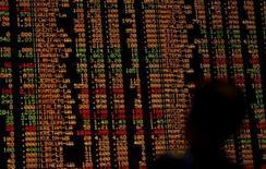<p>Investidor da Malásia monitora preços de ações em Kuala Lumpur, dia 2 de outubro. As bolsas de valores da Ásia encerraram em queda nesta quinta-feira. Photo by Bazuki Muhammad</p>