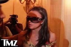<p>Imágen de video de la cantante Britney Spears en un lujoso hotel de Beverly Hills, 3 oct 2007. Un juez rechazó el miércoles restituir a Britney Spears (en la foto) la custodia de sus dos hijos y determinó que ambos permanezcan bajo el exclusivo cuidado de su ex marido, pero dio a la estrella de la música pop derechos de visitas supervisadas. El ex marido de Spears, Kevin Federline, quien ha compartido con la cantante el cuidado de sus dos hijos, Sean Preston, de 2 años, y Jayden James, de 1, recibió la custodia absoluta de los niños en una orden emitida el lunes. Photo by Reuters (Handout)</p>