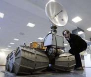 <p>Homem observa modelo de veículo Marsokhod em exibição no saguão do Instituto de Pesquisa Espacial em Moscou. Os líderes mundiais da exploração do espaço lembraram nesta quinta-feira os 50 anos do lançamento do Sputnik, o primeiro satélite feito pelo homem, que marcou o início da era espacial. Photo by Sergei Karpukhin</p>