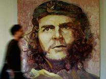 <p>Homem passa em frente a pintura de Che Guevara em La Paz. Passados 40 anos da morte do guerrilheiro Ernesto 'Che' Guevara, a imagem dele continua sendo o souvenir preferido dos turistas que visitam Cuba. 3 de outubro. Photo by David Mercado</p>
