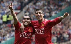<p>Tevez e Cristiano Ronaldo comemoram gol contra o Wigan Athletic em Manchester. O Manchester United chegou à liderança do Campeonato Inglês pela primeira vez este ano ao golear, neste sábado, o Wigan Athletic por 4 x 0 em partida realizada no Old Trafford. 6 de outubro. Photo by Nigel Roddis</p>