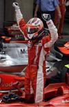 <p>Raikkonen comemora vitória em Xangai. Kimi Raikkonen transformou a disputa pelo título da Fórmula 1 em uma batalha entre três pilotos ao vencer o Grande Prêmio da China na madrugada deste domingo. A decisão ficou para o GP do Brasil ainda este mês. 7 de outubro. Photo by David Gray</p>