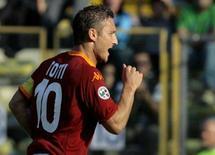 <p>Totti comemora gol em Parma. Um pênalti aos 44 minutos do segundo tempo marcado por Adrian Muti deu à Fiorentina o empate em 1 x 1 com a Juventus no domingo, pelo Campeonato Italiano. 7 de outubro. Photo by Alessandro Garofalo</p>