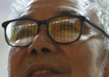 <p>Homem olha para painel eletrônico em bolsa em Suining, na China, dia 8 de outubro. As bolsas de valores da Ásia fora do Japão bateram recordes nesta segunda-feira. Photo by Stringer Shanghai</p>