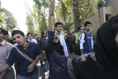 <p>Estudantes iranianos protestam contra a visita do presidente Mahmoud Ahmadinejad à Universidade de Teerã, dia 8 de outubro. Gritando 'morte ao ditador', mais de 100 estudantes entraram em confronto com policiais e seguidores radicais de Mahmoud Ahmadinejad nesta segunda-feira. Photo by Stringer</p>