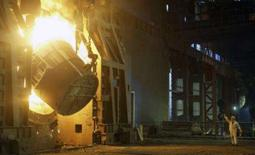 <p>Um empregado da companhia de Ferro e Aço de Hangzhou, na província de Zhejiang, leste da China. Demanda maior no Brasil, Rússia, Índia e China deve puxar para cima o consumo global de aço em 6,8 por cento em 2008, estimou o Instituto Internacional de Ferro e Aço (Iisi) nesta segunda-feira, elevando suas previsões apesar das turbulências dos mercados financeiros. Photo by Henry Lee</p>