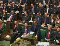 <p>Imagem extraída da televisão mostra premiê britânico fala ao parlamento britânico, 8 de outubro em Londres. A partir de março de 2008, a Grã-Bretanha deve diminuir pela metade o contingente no Iraque, depois de repassar o controle da segurança da Província de Basra às forças iraquianas. Photo by Reuters Tv</p>