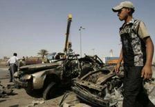 <p>Um morador caminha perto dos destroços de um carro-bomba utilizado em ataque próximo à mesquita xiita de Al-Khalani, em Bagdá. Dois ataques suicidas com carros-bomba mataram 22 pessoas no Iraque na terça-feira. Photo by Ceerwan Aziz</p>