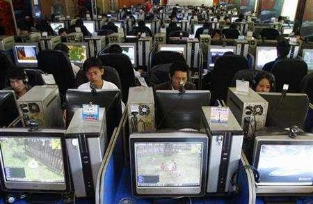 People use computers at an Internet cafe in Kunming, southwest China's Yunnan province March 13, 2007. Internet censors in China are becoming more systematic and sophisticated in how they monitor the Web and eradicate content deemed sensitive, according to a Chinese technician working for an Internet firm. REUTERS/Stringer
