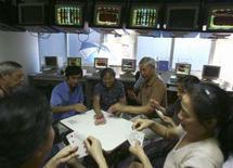 <p>Pessoas jogam cartas em bolsa de valores no município de Chongqing, na China, dia 8 de outubro. As bolsas de valores da Ásia fecharam em alta nesta quarta-feira. Photo by Stringer Shanghai</p>