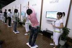 <p>Público testa o 'Wii Fit' em evento em Chiba, no Japão, dia 10 de outubro. A Nintendo anunciou na quarta-feira que começará a vender o videogame 'Wii Fit', que ajuda os usuários a manter a boa forma, em tempo para a importante temporada de festas de fim de ano, no Japão. Photo by Yuriko Nakao</p>