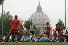 <p>Treino do Ancona com o Vaticano no fundo em Roma. O Vaticano está dando o seu apoio ao time do Ancona, que quer se transformar num símbolo de moralidade no futebol italiano. 10 de outubro. Photo by Dario Pignatelli</p>