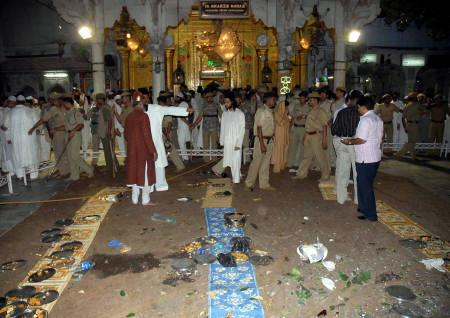Security personnel and onlookers stand at the site of a blast at the shrine of Sufi saint Khwaja Moinuddin Chisty in Ajmer October 11, 2007. A small bomb exploded just after evening prayers at the famous shrine in Rajasthan on Thursday, killing at least two people and wounding 17, according to police and officials. REUTERS/Stringer