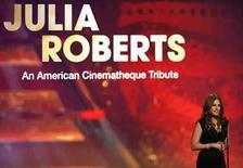 <p>Algunas de las mayores estrellas de Hollywood asistieron la noche del viernes a rendir tributo a una de los suyos, la actriz Julia Roberts, quien dijo que era más feliz como madre y esposa. (13/10/07) Julia Roberts habla luego de recibir el 22 Premio Anual de la Cinemateca Estadounidense, en Beverly Hills.  Photo by Mario Anzuoni/Reuters</p>