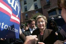 <p>Senadora e candidata democrata à presidência dos Estados Unidos, Hillary Clinton, cumprimentando partidários em Atlanta. Photo by Tami Chappell</p>
