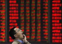 <p>Homem boceja em bolsa de Nanjing, na China, dia 15 de outubro. As bolsas de valores da Ásia encerraram a segunda-feira em alta, enquanto o dólar manteve-se firme. Photo by Sean Yong</p>