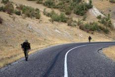 <p>Tropas turcas voltam à base em estrada em Sirnak, próxima à fronteira com o Iraque, 15 de outubro. O gabinete turco pediu na segunda-feira ao Parlamento autorização para realizar ataques contra separatistas curdos no norte do Iraque. Photo by Fatih Saribas</p>