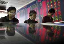 <p>Pessoas observam índices de ações em bolsa em Wuhan, dia 16 de outubro. As ações do setor financeiro pressionaram os mercados asiáticos nesta terça-feira depois que um balanço trimestral fraco do Citigroup ajudou a retomar as preocupações sobre os mercados de crédito. Photo by Stringer Shanghai</p>