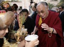 <p>O presidente dos Estados Unidos, George W. Bush, recebeu na terça-feira o Dalai Lama na Casa Branca, apesar de a China ter alertado que a honraria ao líder espiritual tibetano poderia afetar as relações entre os dois governos. Foto de Dalai Lama chegando a Washington, 15 de outubro. Photo by Yuri Gripas</p>