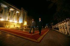 <p>O presidente russo, Vladimir Putin, deixou claro a Washington que não aceita uma ação militar contra o Irã, e convenceu outros países a também rejeitarem o uso da região como base para tais ataques. Foto de Mahmoud Ahmadinejad com Putin em Teerã, 16 de outubro. Photo by Morteza Nikoubazl</p>