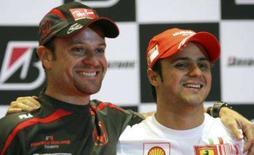 <p>Rubens Barrichello corre o risco de terminar pela primeira vez uma temporada da Fórmula 1 sem marcar nenhum ponto. Ele não esconde a grande decepção em sua 2a temporada com a Honda, mas descarta se aposentar. Foto de Barrichello com Felipe Massa, em São Paulo, 16 de outubro. Photo by Paulo Whitaker</p>