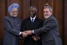<p>O primeiro-ministro da Índia, Manmohan Singh, o preisdente da África do Sul, Thabo Mbek, e o presidente Lula antes de encontro entre os três países em Pretoria, dia 16 de outubro. Photo by Reuters</p>