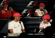 <p>Pilotos da McLaren Lewis Hamilton e Fernando Alonso sorriem durante entrevista coletiva em São Paulo, nesta quinta-feira, obsverados pela dupla da Ferrari Kimi Raikkonen e Felipe Massa. Photo by Rickey Rogers</p>