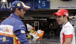 <p>Piloto da Ferrari Felipe Massa conversa com o compatriota piloto de testes da Renault Nelsinho Piquet nos boxes de Interlagos, na quinta-feira. Photo by Paulo Whitaker</p>