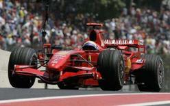 <p>Sob calor e sol, os pilotos da Fórmula 1 puderam aproveitar o treino livre na manhã de sábado para acertar melhor seus carros. Felipe Massa foi o mais rápido com a Ferrari. Foto de Ferrari de Felipe Massa, em Interlagos, 20 de outubro. Photo by Bruno Domingos</p>