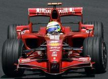 <p>Felipe Massa garantiu a pole position para o Grande Prêmio do Brasil pelo segundo ano seguido, neste sábado, e vai largar à frente dos três pilotos que disputam o título mundial da Fórmula 1, após cravar 1min11s931. Foto de carro de Massa em Interlagos, 20 de outubro. Photo by Paulo Whitaker</p>