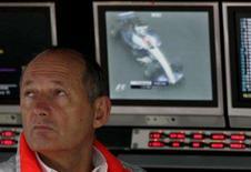 <p>O chefe da McLaren, Ron Dennis, cuja equipe perdeu todos os seus pontos no campeonato de construtores da Fórmula 1 após um escândalo de espionagem, de alguma maneira colocou as mãos em um troféu. Foto de Dennis em Interlagos, 19 de outubro. Photo by Sergio Moraes</p>