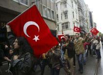 <p>Turcos fazem protestos contra os curdos em Ancara, 12 de outubro. O primeiro-ministro turco Tayyip Erdogan convocou uma reunião de emergência depois de rebeldes curdos terem matado pelo menos 12 soldados turcos numa emboscada perto da fronteira iraquiana, no domingo. Photo by Stringer</p>