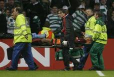 <p>Goleiro Dida, do Milan, deixa o gramado carregado na maca após partida contra o Celtic, em Glasgow, no dia 3 de outubro. A Uefa diminuiu nesta segunda-feira de duas para uma partida da Liga dos Campeões a punição imposta ao goleiro do Milan Dida, que simulou ter sido agredido em jogo contra o Celtic. Photo by Nigel Roddis</p>