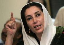 <p>Ex-Premiê paquistanesa, Benazir Bhutto,  gesticula durante coletiva em Karachi. As autoridades paquistanesas cogitam proibir passeatas políticas até as eleições gerais, depois do atentado que matou 139 seguidores da ex-primeira-ministra Benazir Bhutto. 22 de outubro. Photo by Zainal Abd Halim</p>