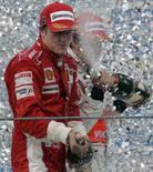 <p>O mercado dos pilotos de Fórmula 1 está à espera de Fernando Alonso (direita), pois várias equipes só vão anunciar sua formação para 2008 depois que o espanhol decidir se continua ou não na McLaren. Foto com Kimi Raikkonen em Interlagos, 21 de outubro.REUTERS Photo by Paulo Whitaker</p>